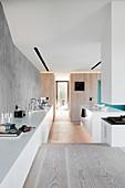 Sideboard in die offene Küche auf tieferer Ebene im Architektenhaus