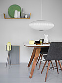Esszimmer mit dunklen Holzmöbeln im skandinavischen Stil