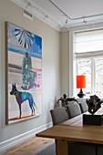 Modernes Gemälde an beiger Wand im Esszimmer im Altbau