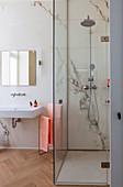 Ebenerdige Dusche im eleganten Bad mit Marmorwand und Parkett