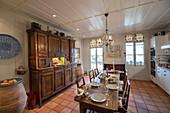 Alter Buffetschrank und lange Tafel in ländlicher Wohnküche