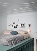 Matratze auf Hochbett aus DIY-Holzkonstruktion