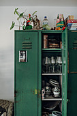 Alter grüner Spind als Schrank für Gläser und Geschirr