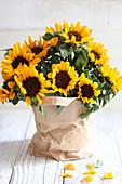 Sonnenblumen in Papiertüte