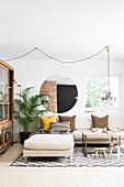 Großer runder Spiegel im Wohnzimmer in Naturtönen