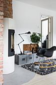 Schaukelstuhl vorm Lowboard im Industriestil im Wohnzimmer