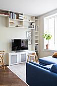 Regalwand um den Fernseher im kleinen Wohnzimmer