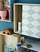 Wandboxen dekorativ beklebt mit verschiedenen Mustertapeten
