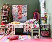Bett mit bunten Decken und Kissen