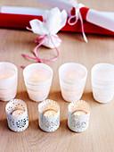 Teelichter und Geschenkpapier als Weihnachtsdeko
