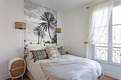 Tapete mit Palmenmotiv hinterm Bett im klassischen Schlafzimmer