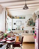 Blick aus der offenen Küche mit Essplatz ins Wohnzimmer im Stilmix