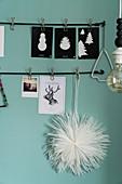 DIY-Weihnachtsdekoration in Schwarz-Weiß an blauer Wand