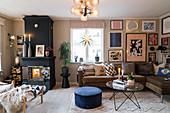 Schwarzer Kaminofen im gemütlichen Wohnzimmer in gedeckten Farben