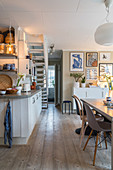 Cosy lighting in open-plan kitchen-dining room