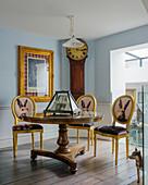 Gelbe Barockstühle mit Tiermotiven um antiken Balustertisch