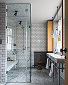 Modernes Bad mit Glaswand zur großen ebenerdigen Dusche