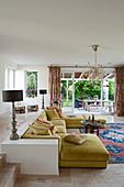 Gelbes Sofa im Wohnzimmer mit orientalischem Flair