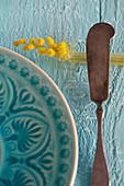Kleine Vase mit Mimose als Messerbänkchen