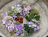 Kranz aus Blüten von Hortensien, Frauenmantel und Schleierkraut
