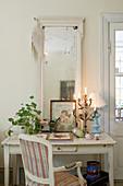 Schreibtisch mit Spiegel und nostalgischer Deko im Shabby Chic
