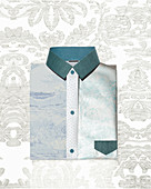 Material- und Stoffcomposing in Blautönen in Form eines Oberhemd