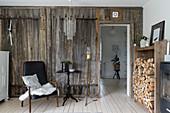 Esszimmer im Landhausstil mit rustikaler Bretterwand
