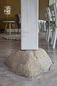 Holzstütze auf Beton in offenem Wohnraum