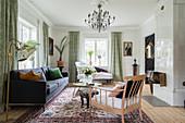 Klassisches, elegantes Wohnzimmer mit Kachelofen im Altbau