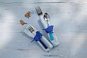 DIY-Serviettenringe aus Papier mit blauem Vogelmotiv