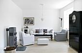 Klassisches Wohnzimmer in Weiß, Grau und Schwarz