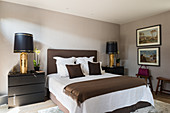 Klassisches Schlafzimmer in gedeckten Farben