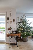 Nähmaschinentisch und Weihnachtsbaum im Korb im Wohnzimmer