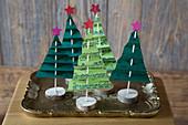 Selbstgebastelte Tannenbäumchen aus Notenblättern als Weihnachtsdekoration