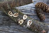 Halskette und Armbänder mit Anhängern aus Holzscheiben dekoriert mit Brandmalerei