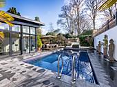 Gartenbereich mit Swimming-Pool dekoriert mit antiken Statuen