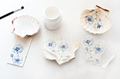 Decorating scallop shells with napkin decoupage violas