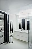 Bad in Schwarz und Weiß mit Wandschrank