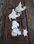 Verschiedene weihnachtliche Deko-Anhänger aus Modelliermasse