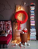 Gehäkelter roter Wandkranz als weihnachtliche Raumdekoration