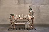 Weihnachtlich dekorierter, rustikaler Holztisch mit Gestell aus Ästen