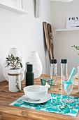 Selbstgemachte Sets in türkiser Aquarelloptik auf dem Holztisch