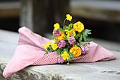 Blumenstrauß mit echten Blumen und mit Papierblüten