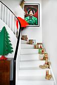 Verpackte Geschenke auf weißer Treppe mit Weihnachtsdeko