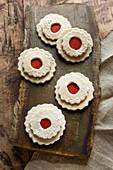 Spitzbuben-Plätzchen aus Filz als weihnachtliche Dekoration