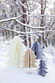 Selbstgemachte Tannenbäume aus Filz im verschneiten Garten