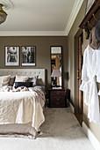 Klassisches Schlafzimmer in gedeckten Farben mit Stuckdecke
