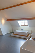 Minimalistisches modernes Bad in Weiß mit Holzbalken