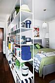 Regal als Raumteiler zum Bett in kleiner Einzimmerwohnung