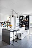 Barhocker und Schubladenbank an der Theke in moderner Küche
